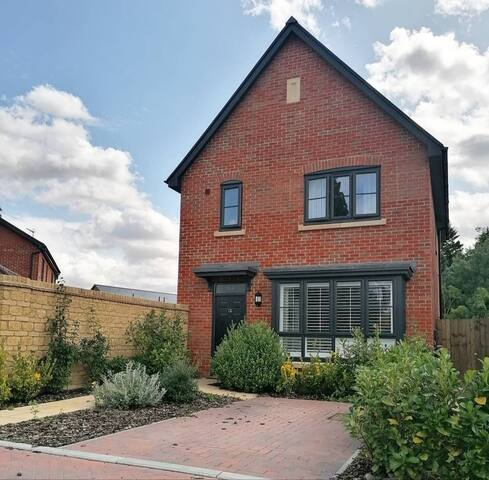 Detached house for 4, ideal for Cheltenham Races