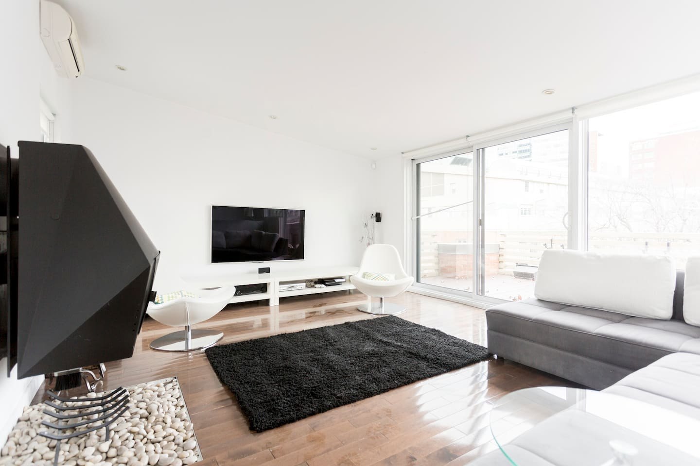 Living room, extremely bright all year round.