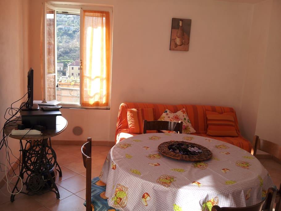 tavolo in cucina + tv