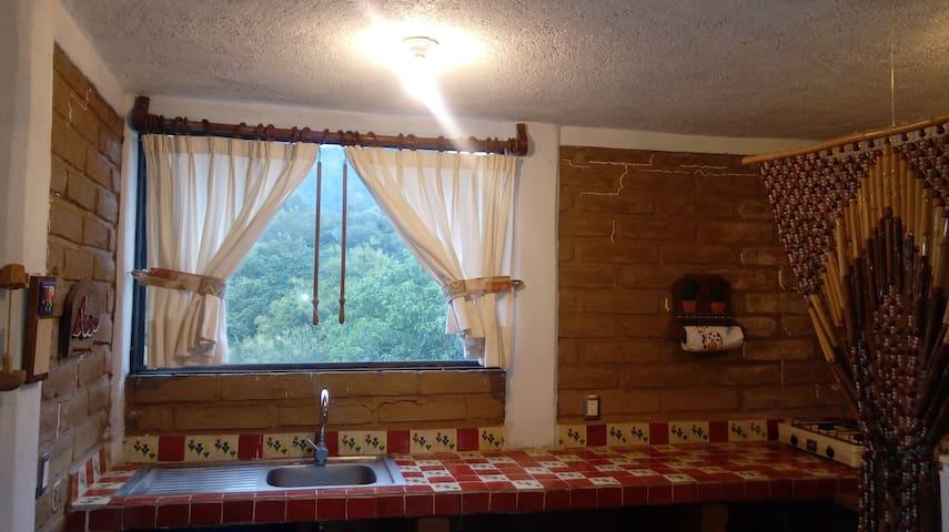 Barra de la cocineta con ventana vista a los Farallones