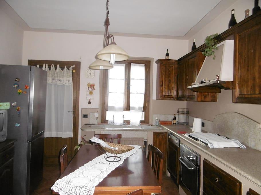 spaziosa cucina ed ingresso sul terrazzino esterno