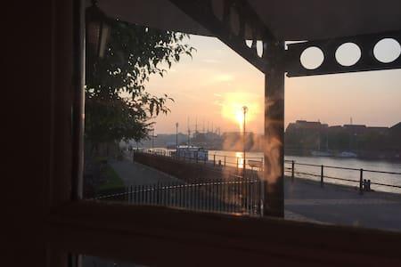 Quiet, River Views in Modern Flat on Harbourside - Bristol