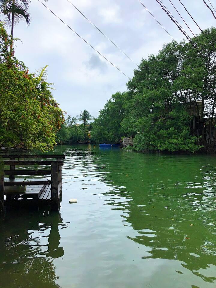Suíte com varanda e vista para lagoa