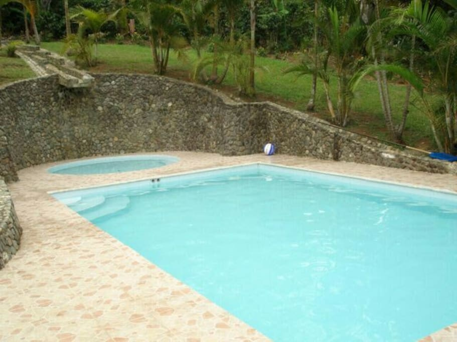 Pool with fresh water - piscina