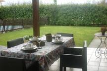 porche exterior con mesa y vajilla