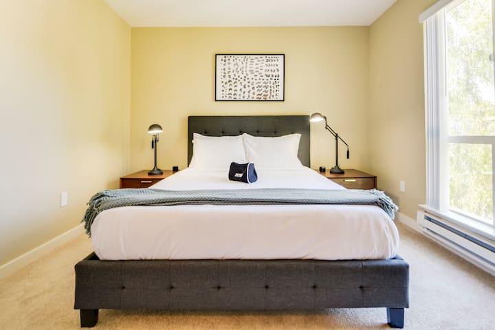 2 Bedroom Apt Close to Oracle