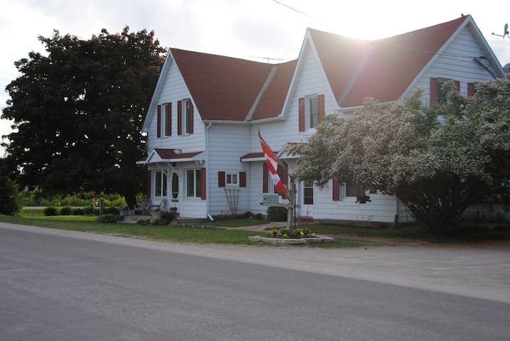 Ye Old Country Store Inn Stay Here Mother's Day - Oro Medonte - Rumah