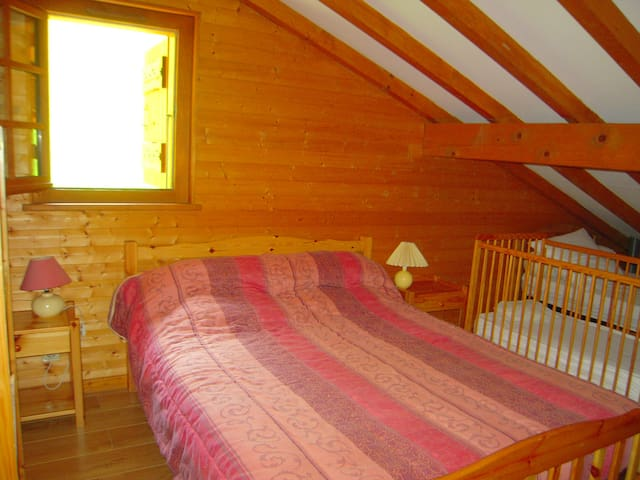 Chambre1:lit double + lit simple + lit de bébé.