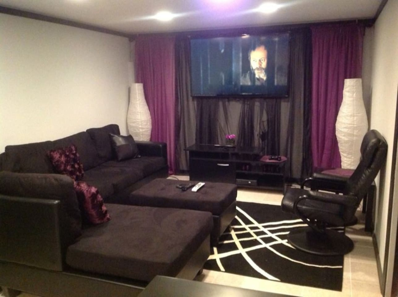 Cozy theater style TV Room w/Surround Sound, Direct TV and dimming lights. (security camera unplugged during stay)