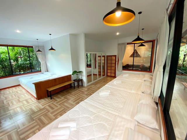 มุมห้องนอนเล็กที่สามารถมองเห็นวิวต้นไม้และสวนหน้าบ้าน (ปัจจุบันมีการกั้นห้องแยกส่วนตัว)