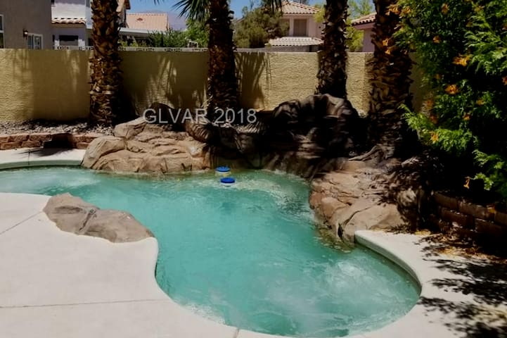 Beautiful 3 bdrm, 3 bth home, WIFI, pool/spa, HDTV