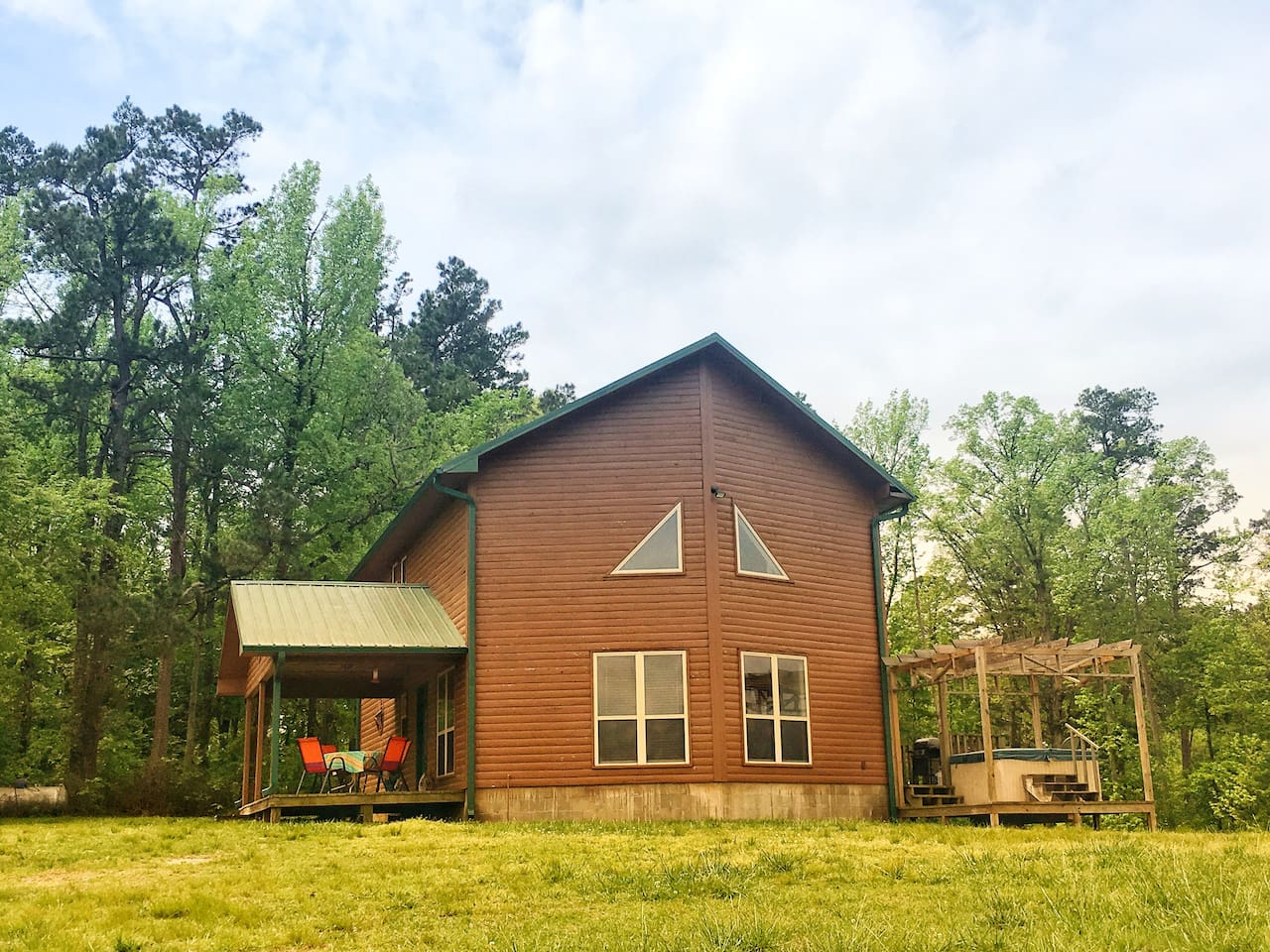 Cabin with hot tub, private 4wheeler trails.
