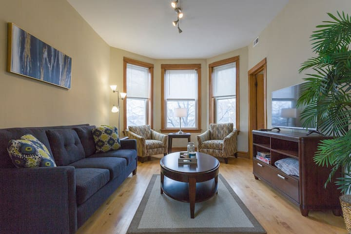 Colorful and Comfortable 2BDR with Free Parking