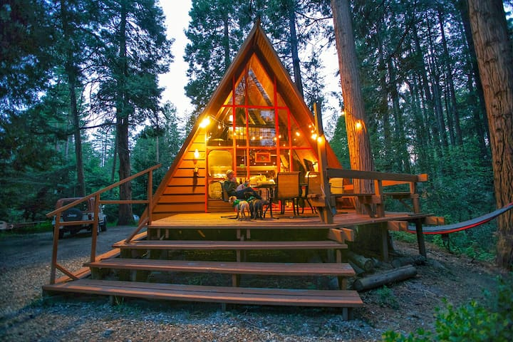 Idyllcreek A-Frame: Hot Tub, Walk to Town Location