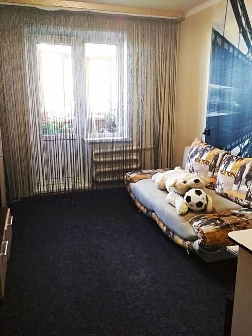 Комната-2. Раскладной двуспальный диван, письменный стол, телевизор, шкаф с плечиками, выход на балкон.