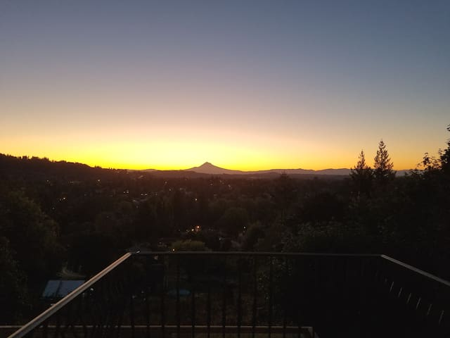 Private Suite! Stunning Sunrise /Mt.Hood Views!