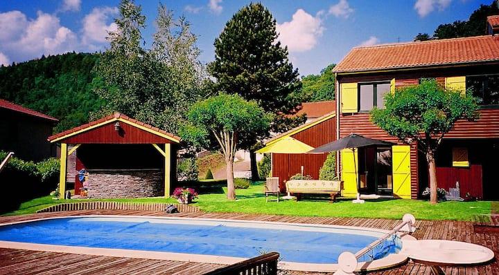 """Petite maison""  dans jardin avec piscine"