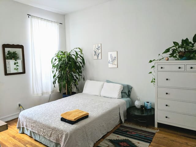 Bright & spacious room, 2 minutes to subway!