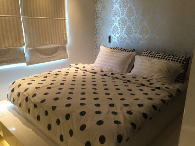 Master bedroom with kingsize (1.8m x 2m) bed