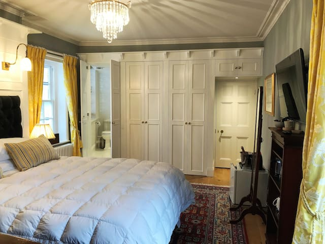 Luxury Bedroom  which expands the Thames Suite