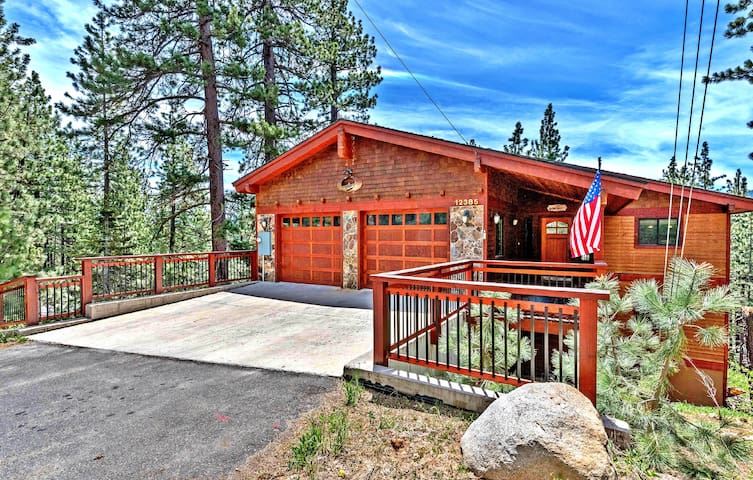 Luxury Tahoe/Donner Home, Sauna+Hot Tub-Sleeps 20!