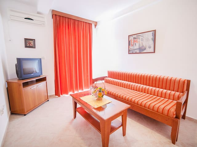 Ivan - Charming Two Bedroom Apartment with Balcony