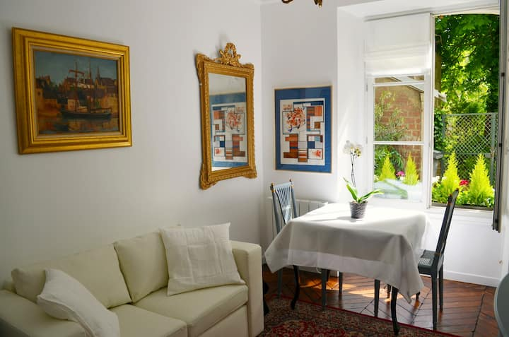 Chic 2 room-apartment in Versailles with garden