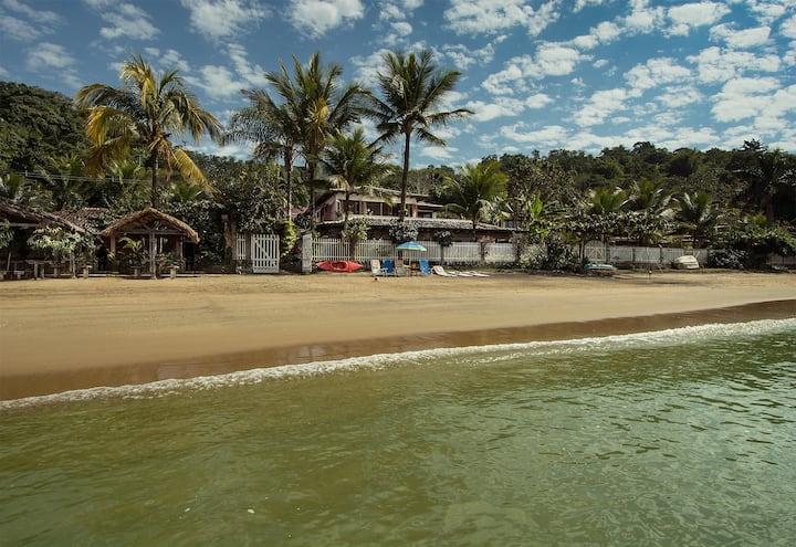 Villa luxuosa, pé na areia com serviços de pousada