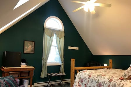 King size bed and private bath with jacuzzi tub in N°9 - Coachman's Suite at Andor Wenneson Historic Inn