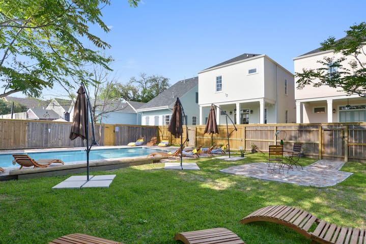 Colorful and Bright Designer Home | Pool, near FQ