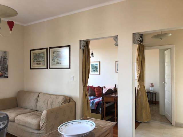 Sala e outros cômodos ao fundo