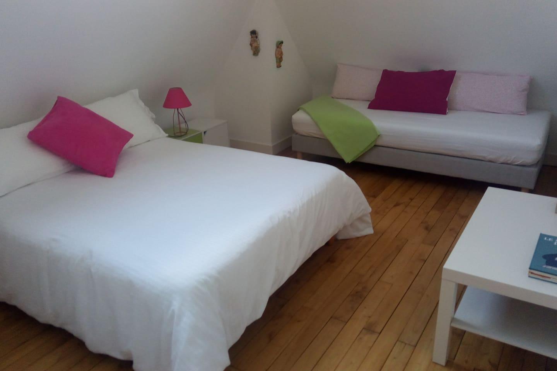 chambre avec banquette/lit et grand vélux