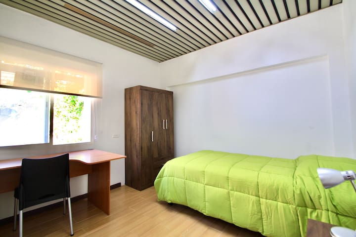 Modern room with shared bathroom in Providencia