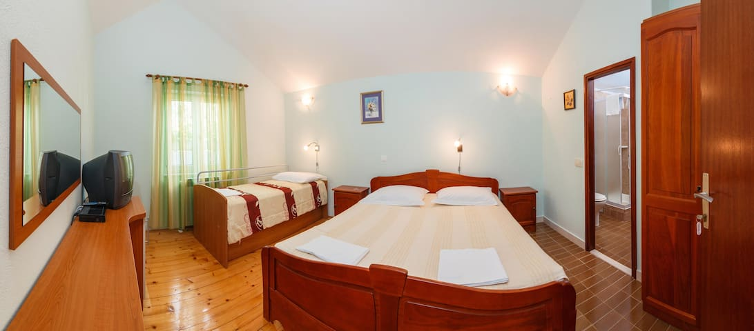 Bedroom for 3 people with breakfast included - Gornji Humac - Bed & Breakfast