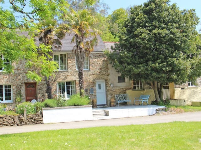 CASTLE COTTAGE, family friendly, with a garden in Truro, Ref 959659