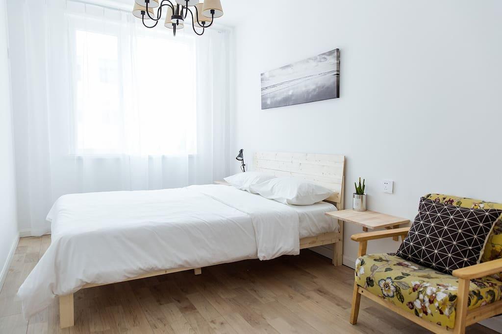 次卧室的布置简单却也用心,同样是吉斯的床垫,纯棉的床品,实木的衣架和属于你自己的沙发,让你在主卧享受的每一个细节,这里都不会缺少。