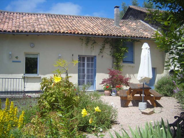 Spacious house with Private Pool. - La Chapelle-Montbrandeix - Rumah