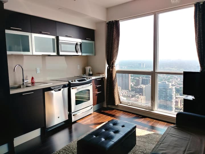 1 BR on Yonge St Above Subway High Floor Lake View