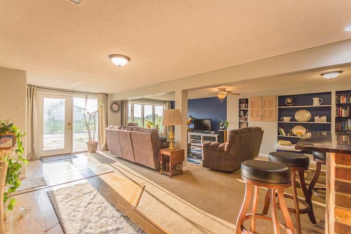 Entire Apartment, Comfy and Convenient!