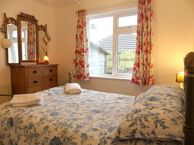 Double bedroom 2 miles from Polzeath beach - Rock - Rumah
