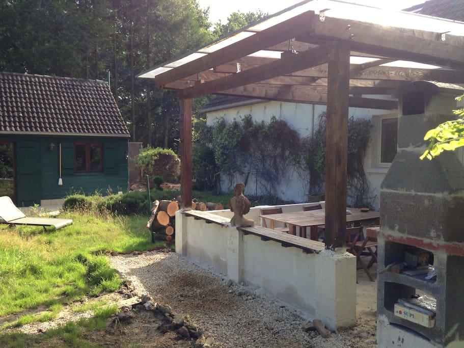 Grande véranda avec BBQ et vue sur le jardin
