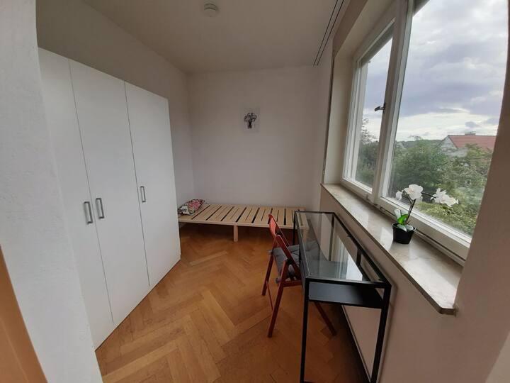 Toller Ausblick in gemütlichem Zimmer in Stuttgart