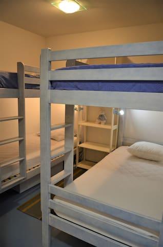 Espace nuit avec 2 x 2 lits superposés