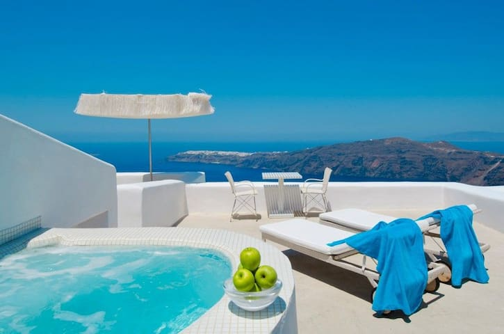 Deluxe Suite with private hot tub & caldera view