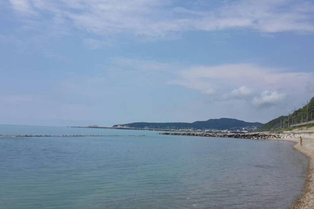Пляж. 5 мин пешком. На горизонте - г. Туапсе