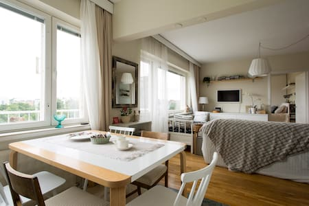 Scandinavian design home + parking, 12mins to city