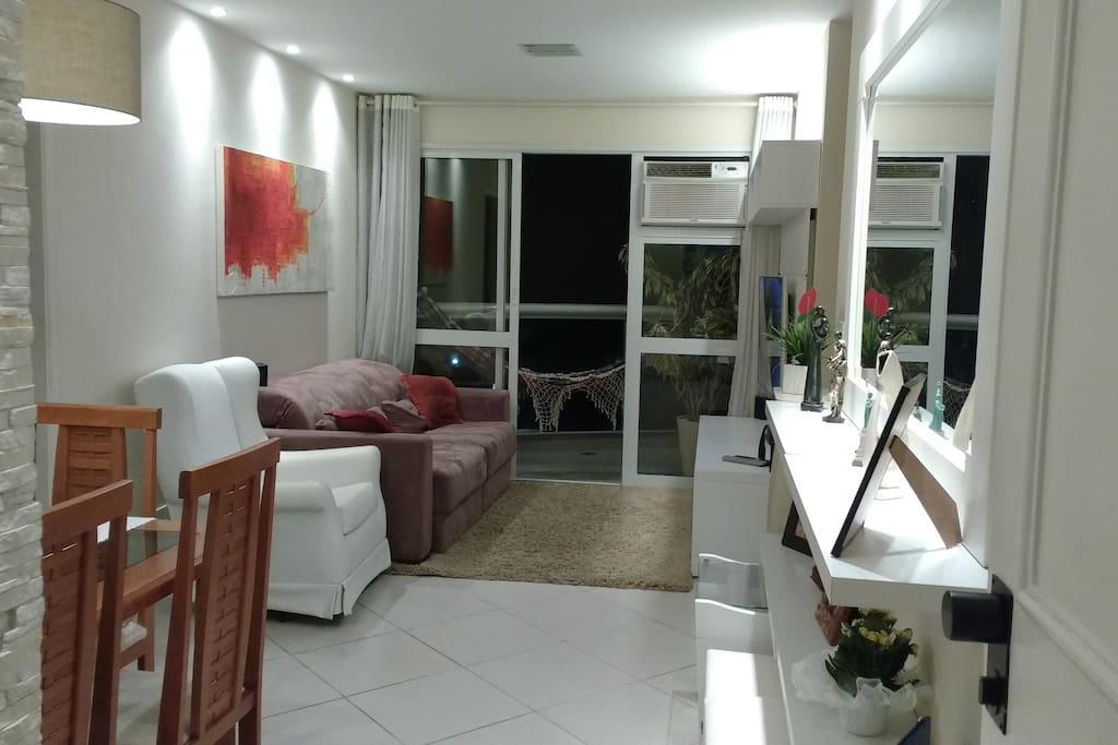 Sala - perspectiva da entrada do apartamento p/ varanda. ---- Living/Dinner room - from entrance view.