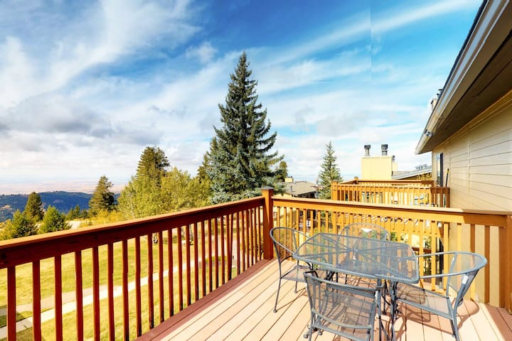 Gorgeous condo w/ shared hot tub & beautiful views - close to the slopes & Boise