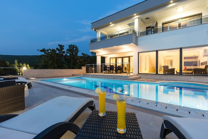Private villa with amazing view & pool near Split