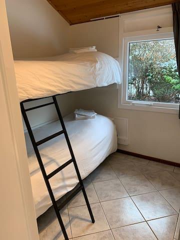 Kamer 2 beschikt over een stevig stapelbed en een ruime inbouwkast
